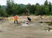 海丰大湖海滩有人陷进水坑,越挣扎越沉下去
