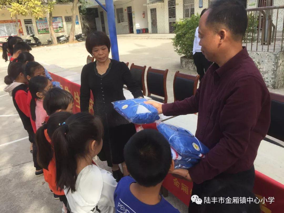 陆丰金厢镇竹桥村陈如相先生为竹桥小学学生捐赠校服 陆丰新闻 第3张