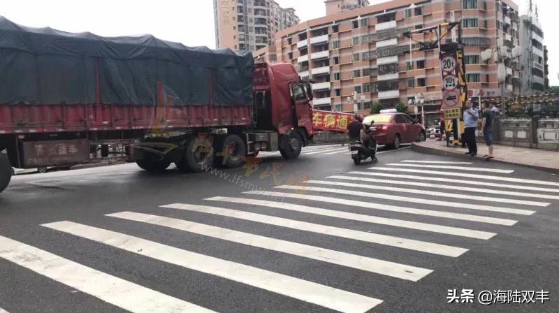 陆丰东海龙山桥限高架又被撞了 陆丰新闻 第1张